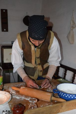 baking honey cookies at skanzen