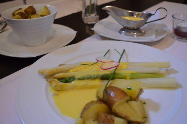 steamed asparagus in hollandaise sauce