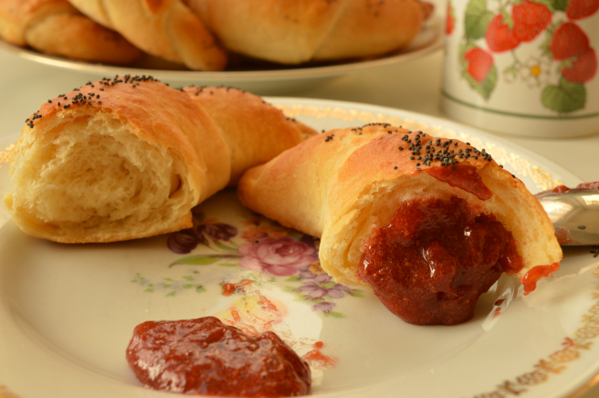butter rolls with jam